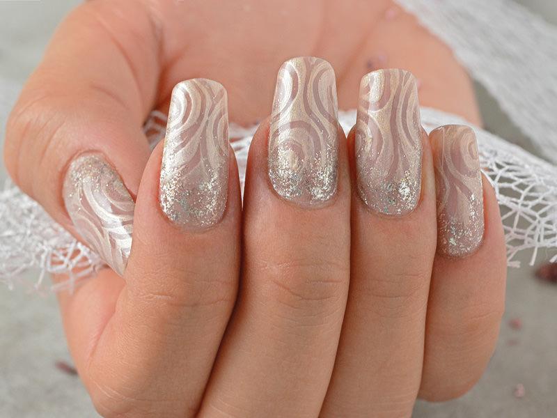 corso decorazione unghie delicato decoro nei toni naturali del nude illuminato dal glitter in questa proposta di ljuba bedeschi