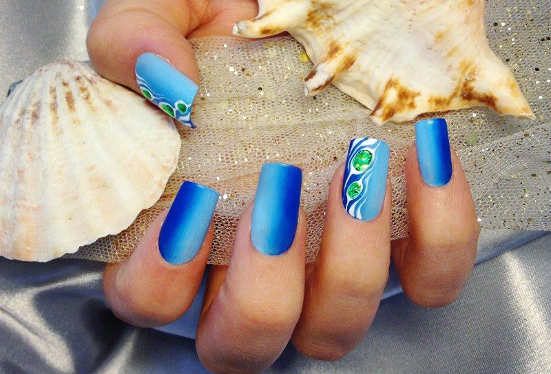 corso decorazione unghie elegante lavoro estivo di sara colleoni le sfumature del mare sulle unghie impreziosite da gocce effetto gemma