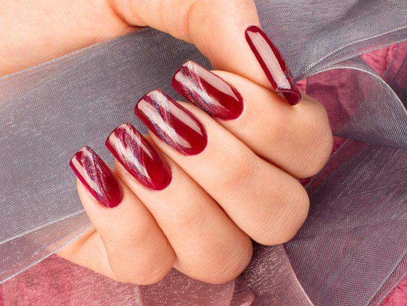 corso decorazione unghie ljuba bedeschi ha dipinto scie iridescenti che brillano sul fondo monocolore rosso rubino