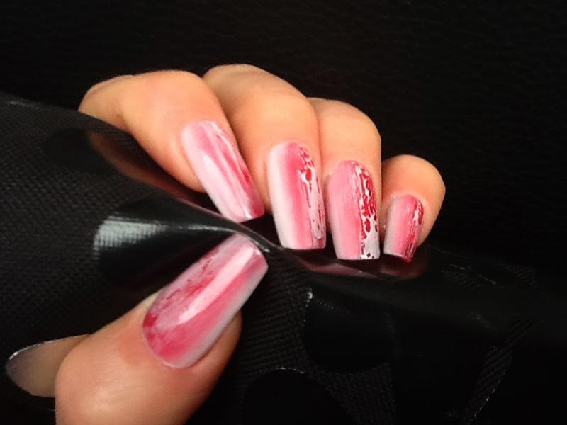 corso decorazione unghie sfondo sfumato bianco e rosso con effetto bagnato creato da laura fiori