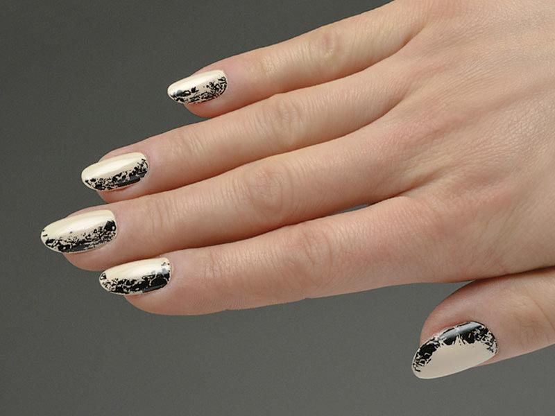 corso decorazione unghie sheila oddino ha personalizzato la semplice stesura monocolore nude con l'effetto crackle eacute in nero