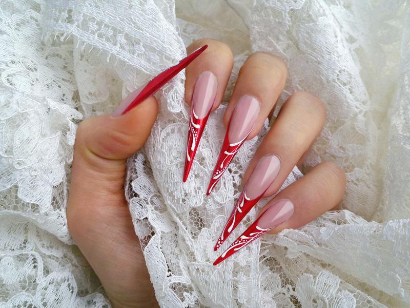 corsi ricostruzione unghie stiletto rosso con linea del sorriso impeccabile e scie di colore che decorano la french opera di sara colleoni