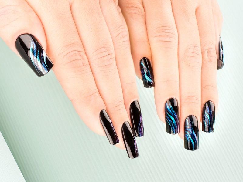 corso decorazione unghie bellissime onde blu iridescente sulla black manicure creazione eseguita da tiziana preta