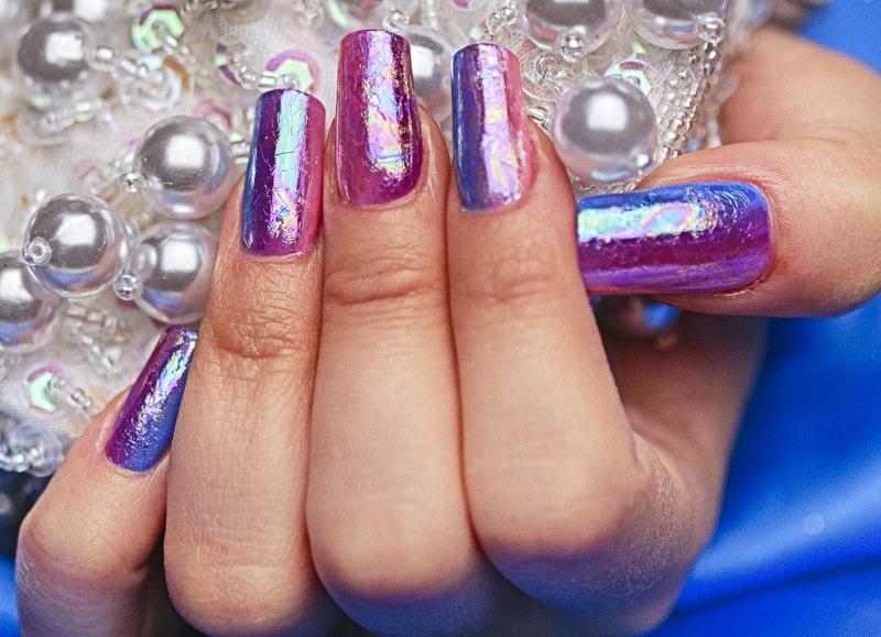 corso decorazione unghie effetti speciali ottenuti con la deco stripe iridescente applicata sulla shade fucsia e blu decorazione di kateryna bandrovska