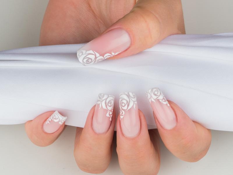corso decorazione unghie eleganti rose bianche stilizzate sulla struttura sottile e naturale creata da gioia del zotto