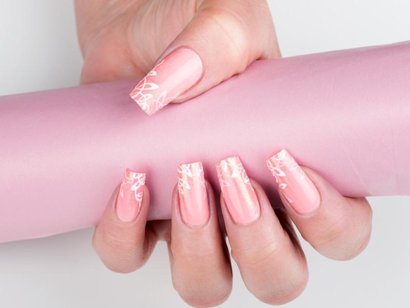 corso decorazione unghie gioia del zotto ha eseguito un decoro armonioso in bianco con tratti sottili sul monocolore rosa dando luce con glitter dorato