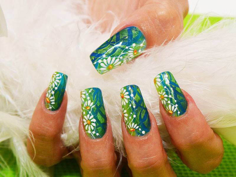 corso decorazione unghie griffe estiva e colorata i blue verde dove sbocciano margherite bianche creata da pamela de montis
