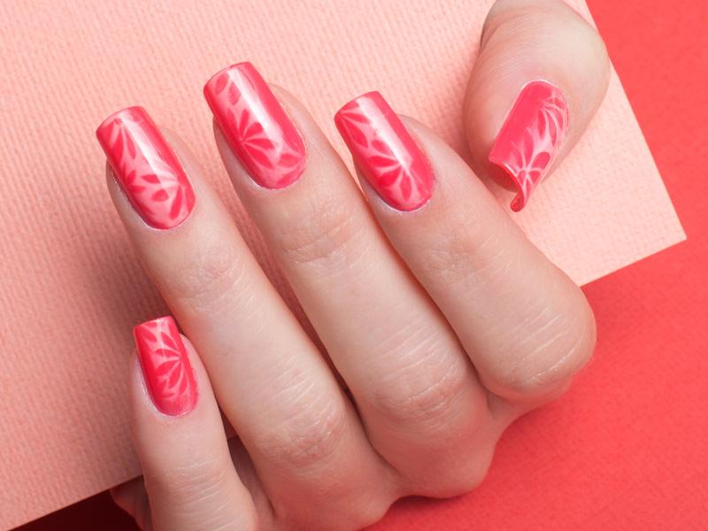 corso decorazione unghie griffe kateryna crea fiori delicati sullo sfondo sfumato con nuove tonalit agrave di rosso