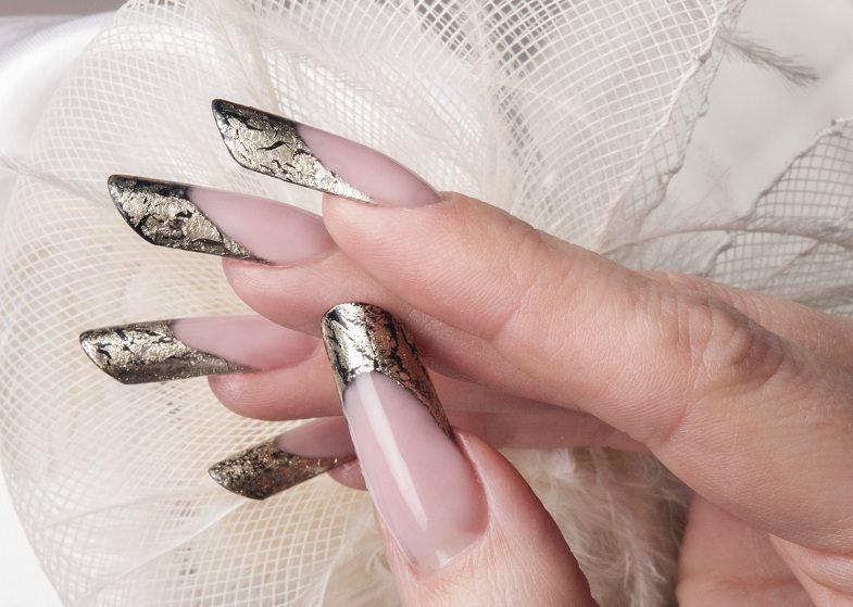 corso decorazione unghie innovativa french eseguita in nero con sovrapposizione della deco stripe oro effetto crackl eacute di kateryna bandrovska