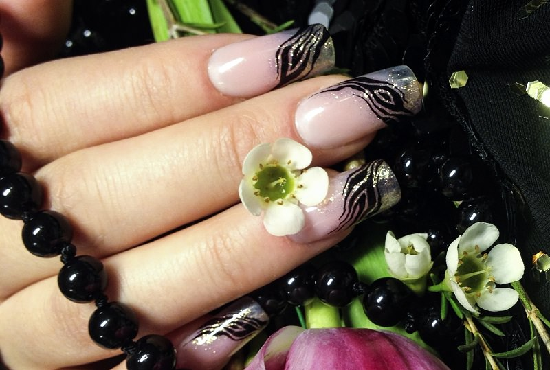 corso decorazione unghie sara colleoni french con disegno zebrato nero