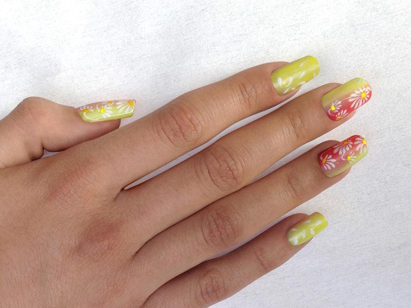 corso decorazione unghie shade solare decorata con margherite e volo di petali bianchi proposta da lorena chiarentin