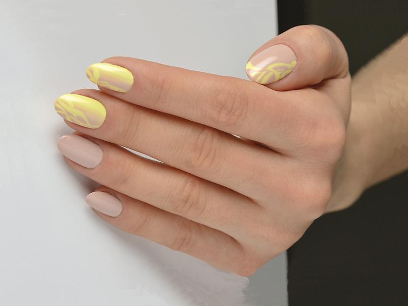 corso decorazione unghie sheila oddino ha eseguito la tecnica griffe con un bel giallo solare sul monocolore nude