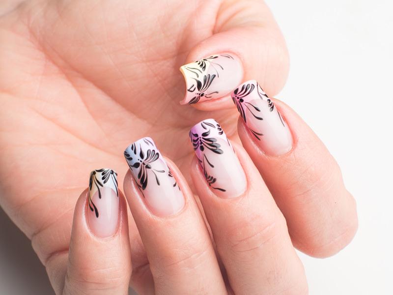 corso decorazione unghie sulla french delicata eseguita in colori pastello lorena chiarentin ha eseguito un volo di farfalle stilizzate