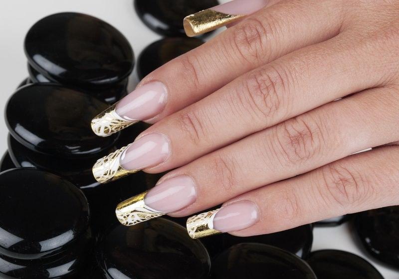 corso decorazione unghie sulla french dorata ottenuta con la deco stripe chiara milanese ha eseguito intrecci art deco