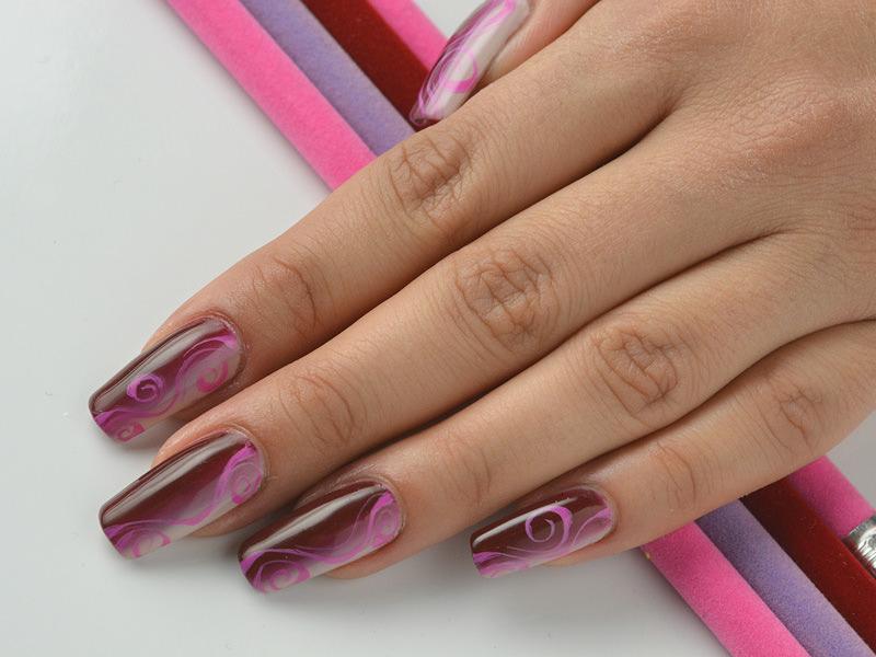 corso decorazione unghie sulla shade rosa e bordeaux sheila oddino ha dipinto un ramage in tinta
