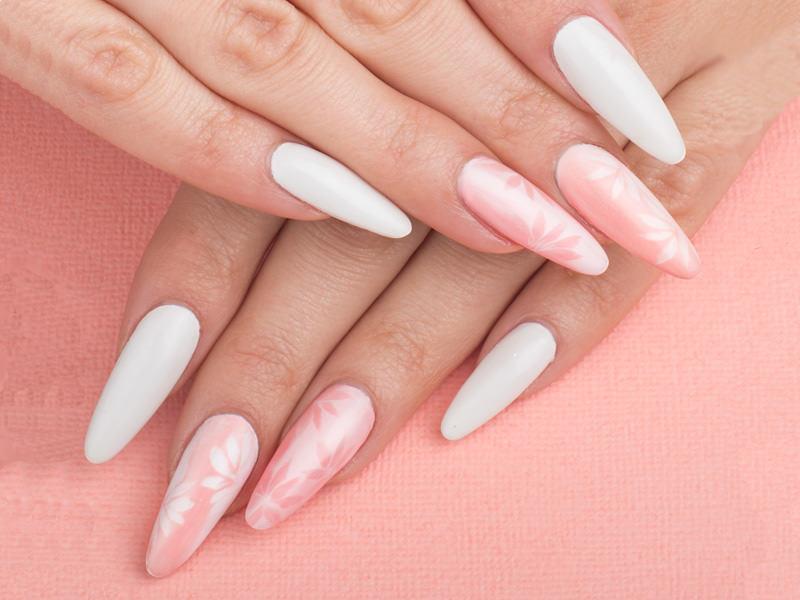 corso decorazione unghie tonalit agrave rosa pastello e bianco in questa delicata griffe di julka bedeschi che riproduce fiori slanciati