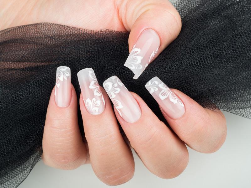 corso decorazione unghie unghie dall 039 aspetto naturale appena decorate con petali leggeri disegnati in bianco opera di gioia del zotto