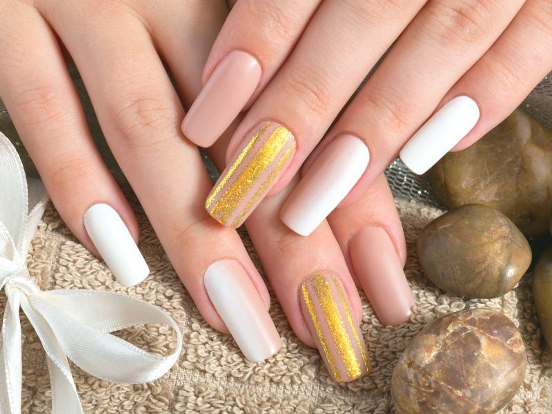 corso di decorazione unghie colori sfumati nei toni del beige illuminati da tratti dorati in questa creazione di sara scarselli