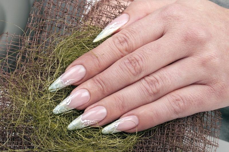corso nail art delicata french decorata con motivo floreale in bianco decorazione di chiara milanese