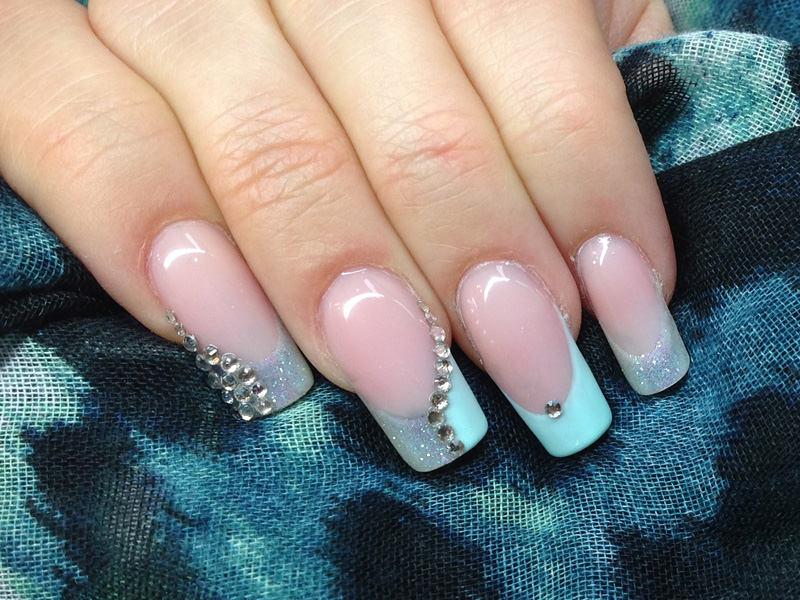 corso ricostruzione unghie barbara donini propone la french alternando glitter e colore con brillantini per impreziosire