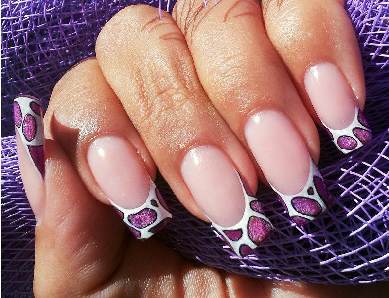 corso ricostruzione unghie french bianca ma caratterizzata da macchie di colore rosa metallizzato creazione di tiziana preta