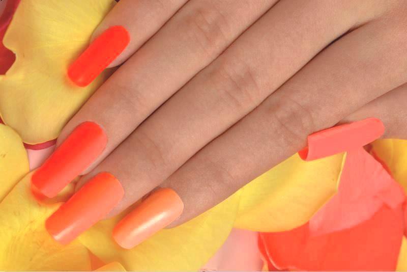 nail art colori solari in questa shade di sheila oddino giallo e arancio