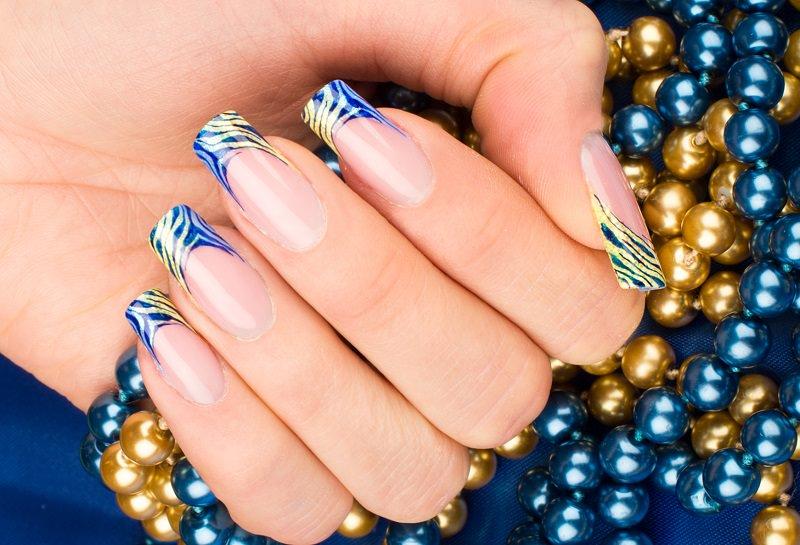 nail art decorazione zebrata in zona french su fondo glitterato e sfumato giallo e celeste eseguita da sara colleoni