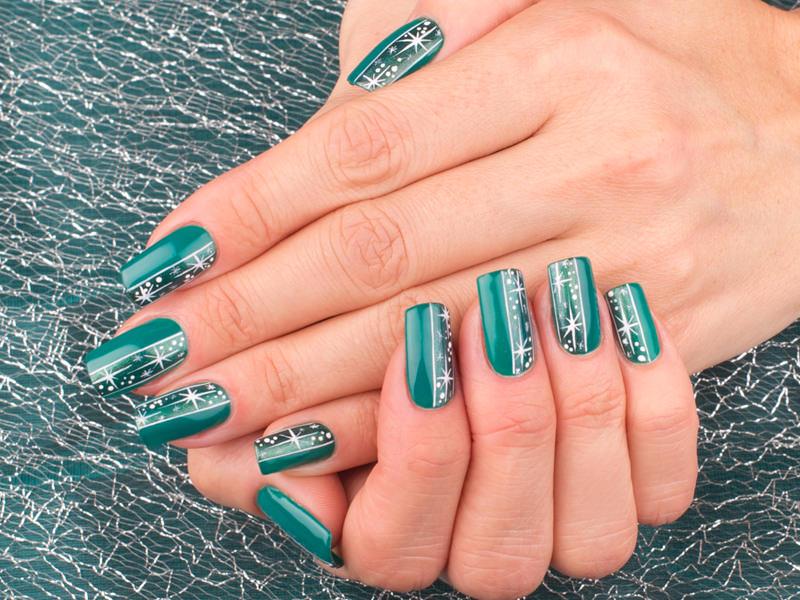 nail art elegante verde metallizzato nella styline decorata dove fioriscono le stelle creazione di lorena chiarentin