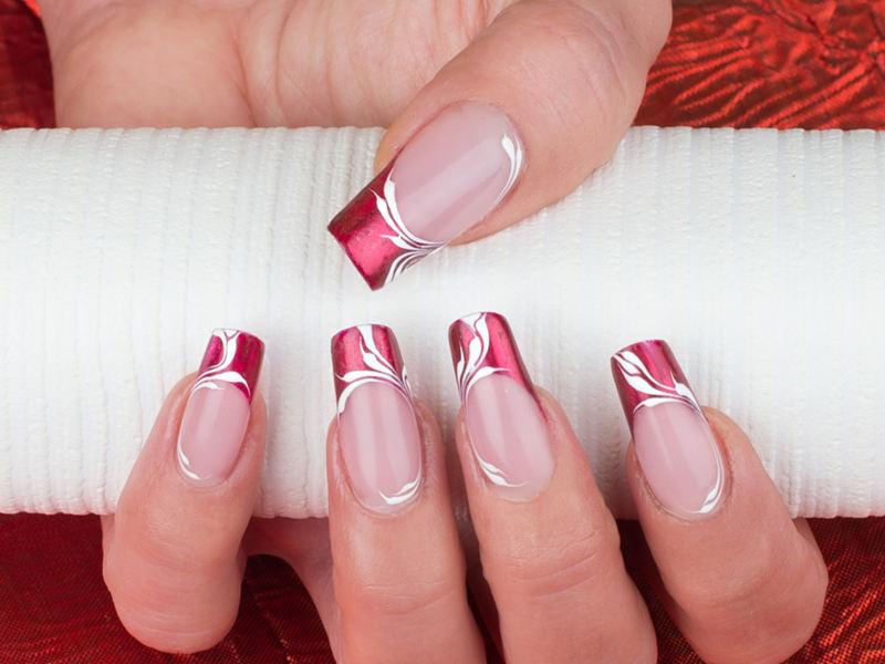 nail art french rossa brillante decorata con tralci bianchi eseguita da chiara milanese