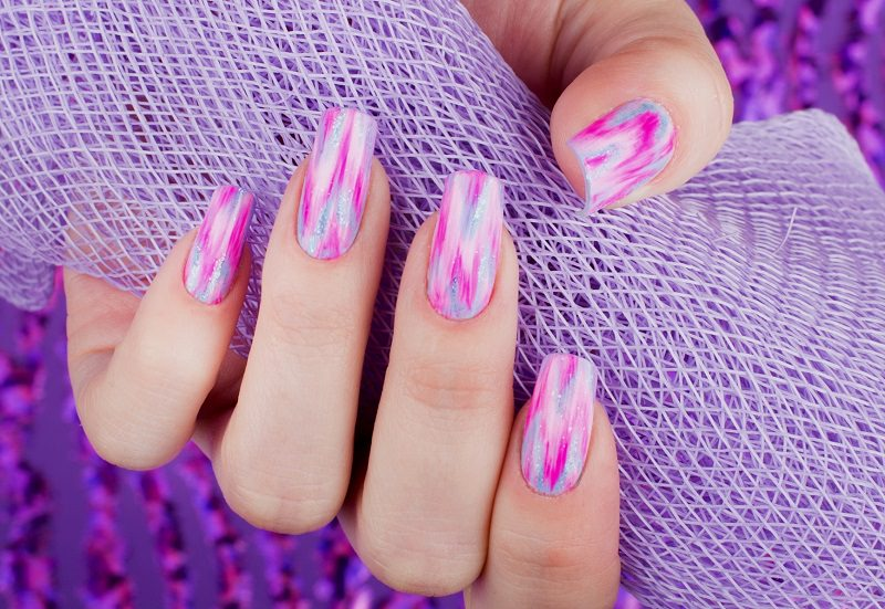 onde fucsia e rosa si alternano a scie di glitter in questo effetto mirage di kateryna bandrovska