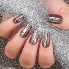 nail art styline sul monocolore marrone gioia del zotto ha dipinto un nastro d 039 argento decorato come una filigrana
