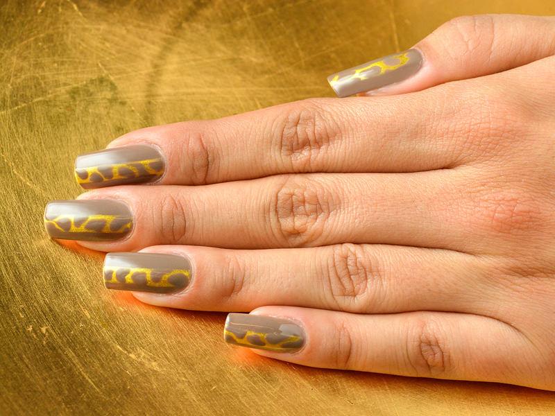 sul monocolore tortora julka bedeschi ha creato una styline con effetto maculato che brilla di luce dorata